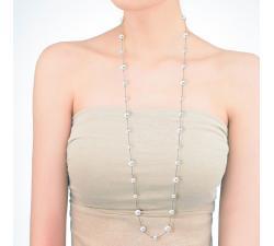 Chica con el Collar de perlas Majorica Ilusion largo_perlas blencas