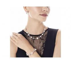 Girl with the Majorica pearl bracelete Casiopea