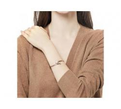 Girl with the Silver bracelet with Majorica peal Alina_white pearl