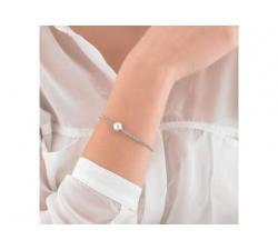 Chica con la Pulsera de plata con perla Majorica Nuada_perla blanca