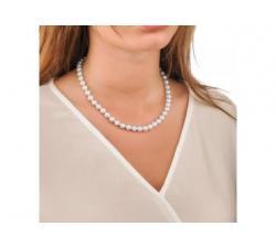 Chica con el Collar de perlas Majorica Lyra 8 mm