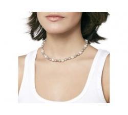 Chica con el Collar de prelas de Majorica Estela