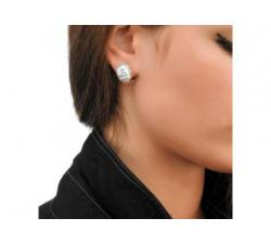 Chica con los Pendientes de plata con perla Tender
