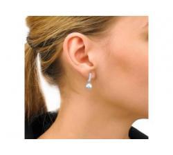 Chica con los Pendientes de plata con perla Espiga