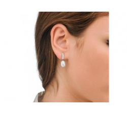Chica con los Pendientes de plata con perla Ágora