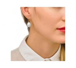 Gorl with the Majorica silver pearl earrings Tender 2 Golden silver