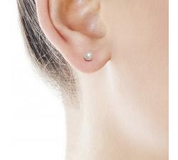 Model with Earrings Lyra White Pearl Gold_4 mm