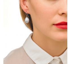 Girld with the Majorica pearl earrings Tender 2 Rodium
