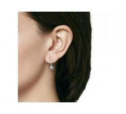 Modelo con Pendientes de plata_perla gris_Espiga