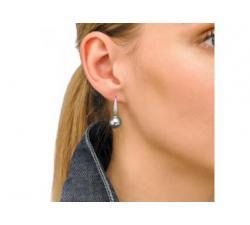 Modelo con Pendientes de plata_perla gris_Medium