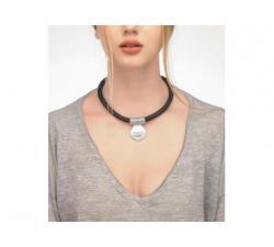 Chica con el Collar de cuero con perla Majorica Isla