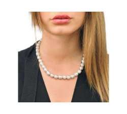 Girl with Short Pearl Necklace Majorica Eternal